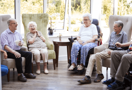 Assisted Living против домашнего ухода против дома престарелых